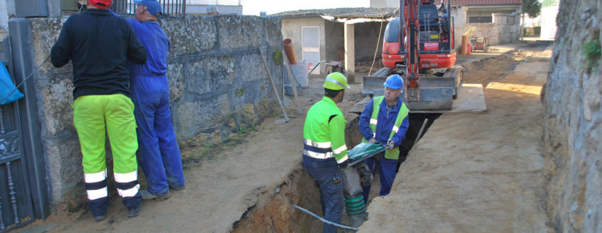 Traballos de apertura da gabia para a instalación das novas tubaxes para a recollida de residuais.